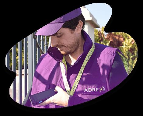 Les distributeurs(trices) réalisent ensuite leur distribution équipés d'une badgeuse mobile, la Mobibox ADREXO.
